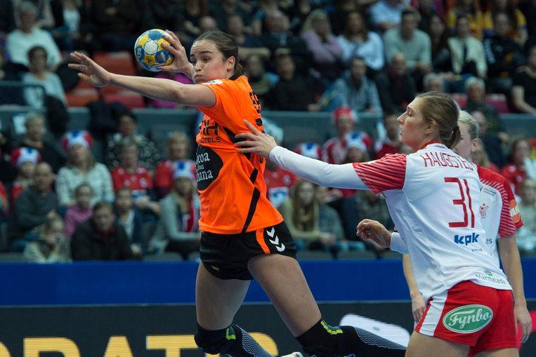 Oranjespeler Yvette Broch tijdens de halve finale van het Europees Kampioenschap handbal tussen Nederland en Denemarken. Beeld null