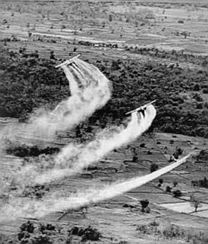 Een Amerikaans vliegtuig sproeit Agent Orange tijdens de Vietnamoorlog.