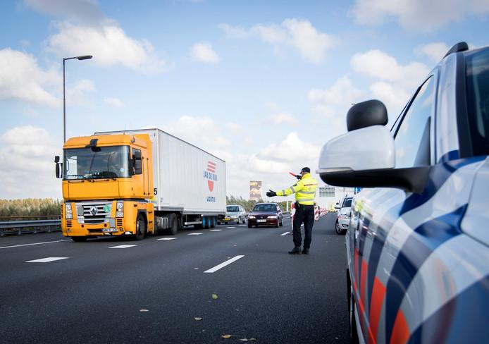 Najaar 2016: Een truck wordt door de politie weggeleid.