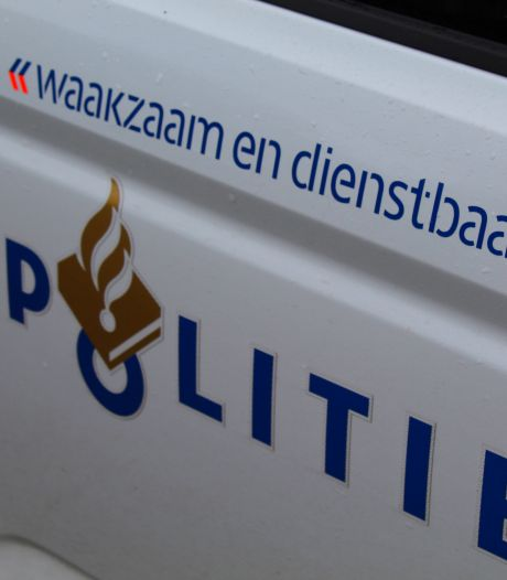 Alweer rijdt een auto door na een ongeluk: Bromfietser in Enschede gewond