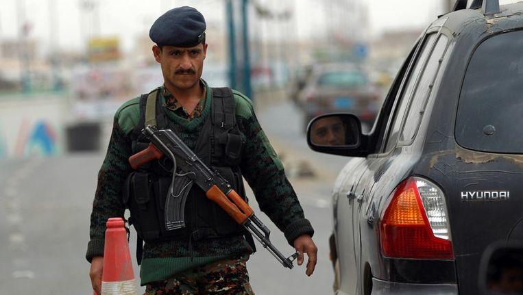 Jemenitische soldaat controleert auto's. Beeld afp
