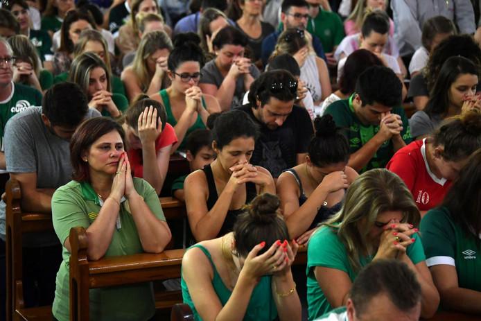 Rouwende mensen tijdens een herdenkingsdienst in Colombia