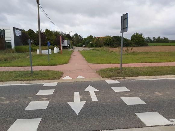 Tijdens de werken mogen voertuigen vanop de invalsweg het fietspad naar de Bley opdraaien. Op het gras komen rijplaten