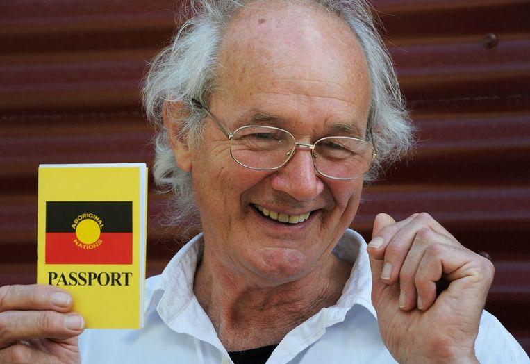 Assanges vader John Shipton neemt een Aboriginalpaspoort in ontvangst.