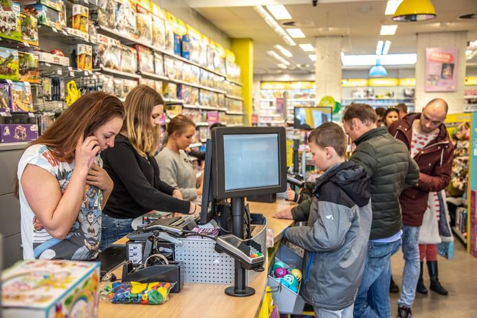 DS-2019_Zwolle Drukte op de zondagmiddag bij de laatste openingsdag van Intertoys op de Melkmarkt nog een laatste gelegenheid om de cadeaubonnen in te wisselen© 2019 Frans Paalman Zwolle