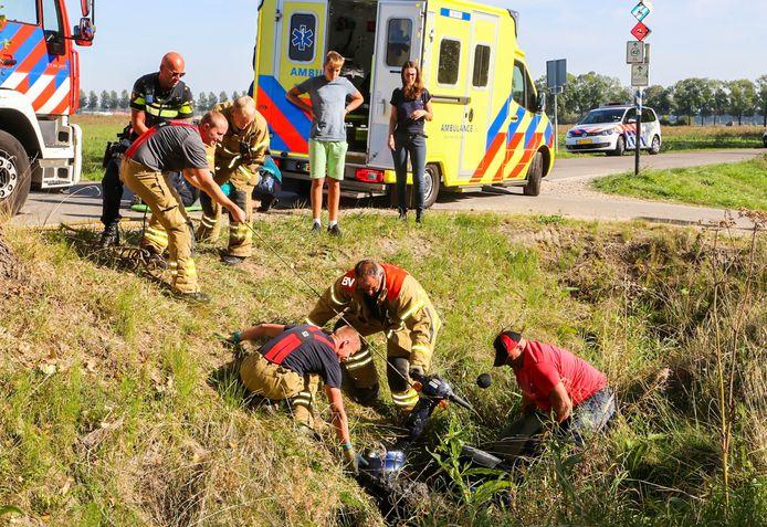 Een dame die met haar scootmobiel in de sloot belandde kreeg hulp van omstanders en later van brandweer en ambulancepersoneel.