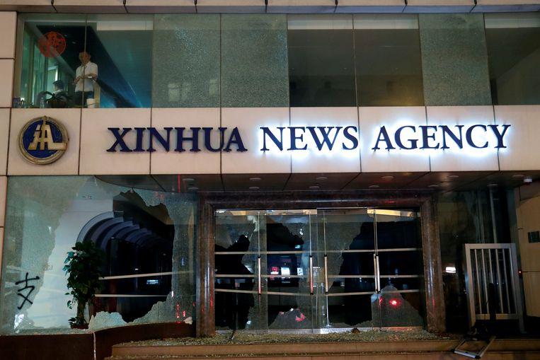 De glazen deuren van het nieuwsagentschap werden ingeslagen.