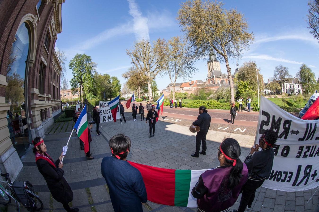 Sympathisanten van de Molukse regering in ballingschap bij de rechtbank in Zutphen.