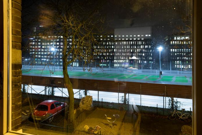 Felle lampen op het dak van de parkeergarage aan de Maijweg, voor de aanpassingen.