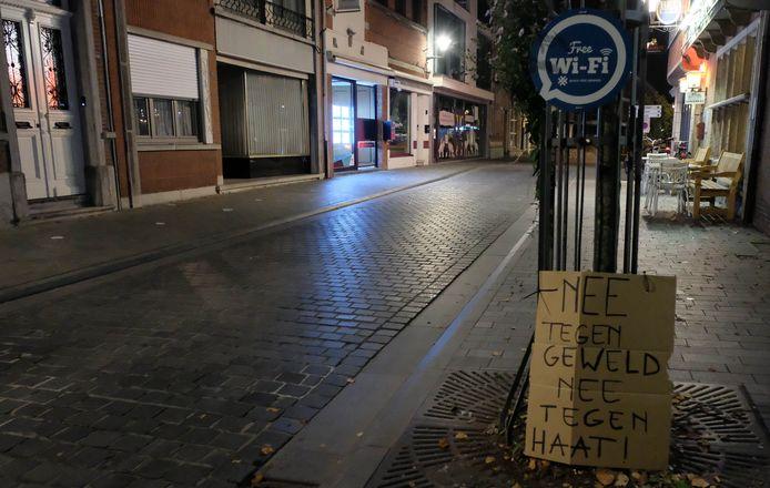 Een groep inwoners van Puurs schreef positieve boodschappen op straat.