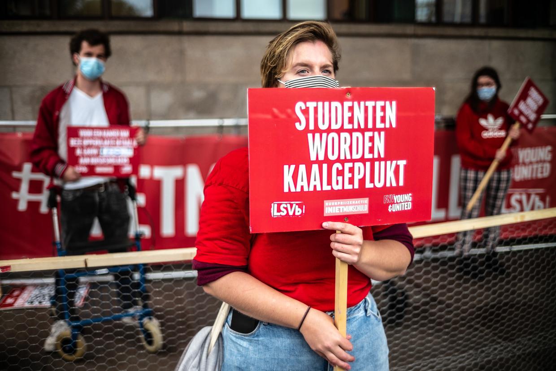 Studenten protesteren voor het HVA in Amsterdam tegen de hoge huurprijzen van studentenwoningen. Beeld Joris van Gennip