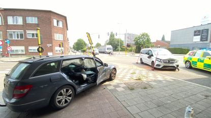 Brandweer bevrijdt bestuurder uit wagen na harde klap