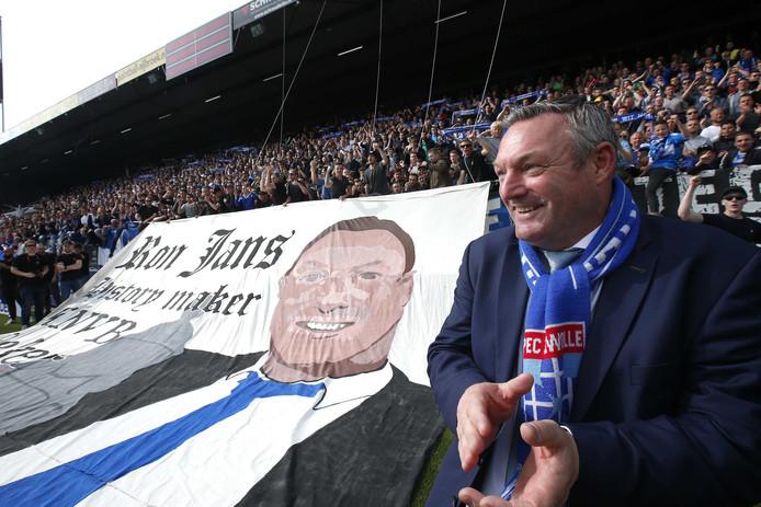 PEC Zwolle-trainer Ron Jans bij zijn spandoek