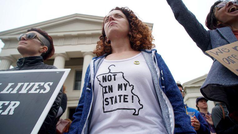 Honderden vrouwen voeren actie voor het gerechtsgebouw in Saint Louis, Missouri.