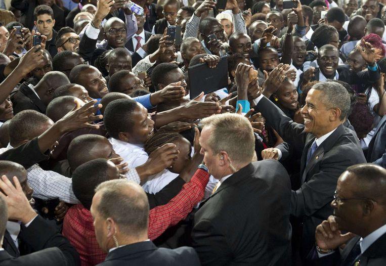 President Obama begroet de menigte na een speech in de Safaricom Indoor Arena in Nairobi in Kenia. Beeld AFP