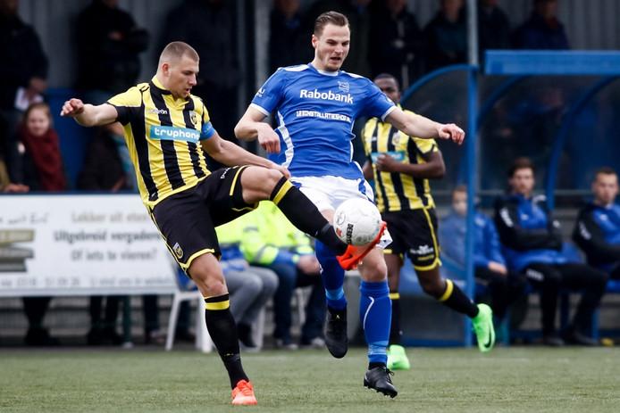 GVVV - Jong Vitesse. GVVV speler Frank Tervoert (r) in duel met Jong Vitesse speler Thomas Oude Kotte (l).