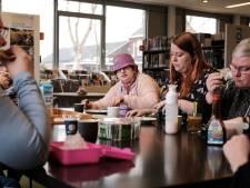 Cliënten van zorginstelling Estinea blijven meehelpen in de bibliotheek