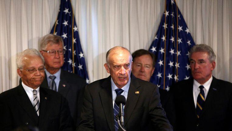 John Castellaw (midden), een van de ondertekenaars, spreekt in september tijdens een persconferentie zijn steun uit voor Hillary Clinton. Beeld reuters