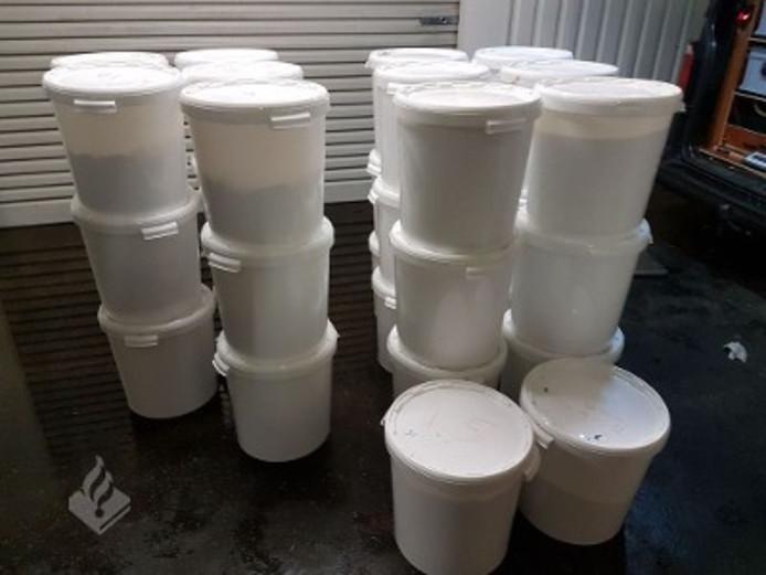 Er werd een grote hoeveelheid chemicaliën (ruim 1750 kg, bestemd voor de fabricage van synthetische drugs), ruim 30.000 amfetamine tabletten, 55 kilo pure MDMA-poeder en diverse apparatuur voor de opbouw van een laboratorium aangetroffen.