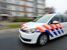 Auto tegen boom na politieachtervolging in Huizen