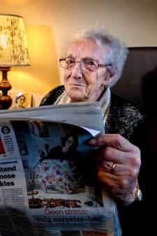 'Tante Stina' (101) leest de krant al sinds de oorlog en kan niet zonder: 'De sport sla ik direct over'