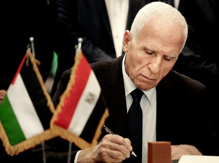 Azzam al-Ahmad tekent namens Fatah het akkoord. Beeld AP