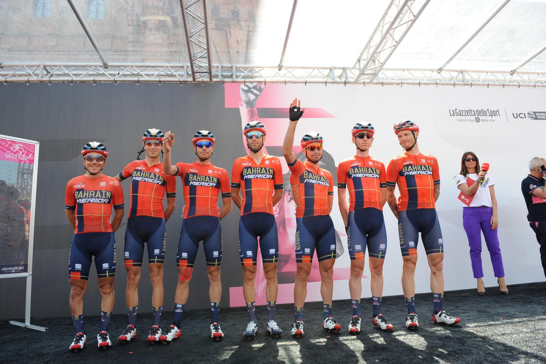 Bahrein-Merida bij de ploegenpresentatie voor de Giro d'Italia.