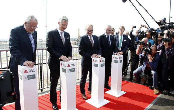 Koning Filip (tweede van links) opent de Kieldrechtsluis