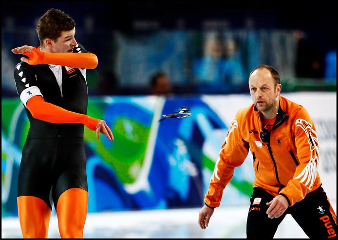 Kramer gooit gefrustreerd zijn bril weg na zijn foute wissel op de Spelen in Vancouver. Rechts coach Gerard Kemkers.
