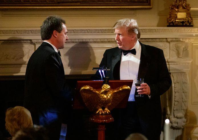 President Donald Trump en de gouverneur van Montana, Steve Bullock, tijdens het gouverneursbal in het Witte Huis in Washington. Archiefbeeld.