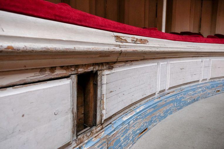 Schade aan het houtwerk in de concertzaal.