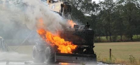 Vlammen slaan uit brandende kraan bij Weerselo