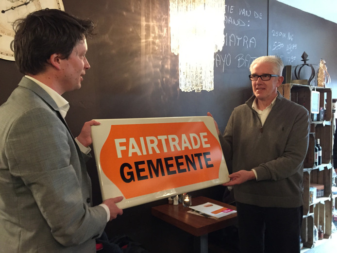 Veerman overhandigt de titel aan wethouder Matthie van Merwerode