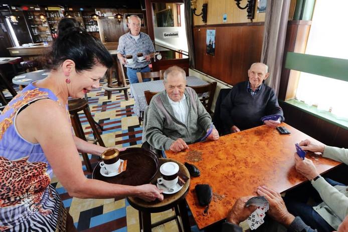 Ze nemen eind deze maand afscheid van hun grensoverschrijdende café Moskes in Meersel-Dreef. Rietje staat in België als zij de kaarters nog ouderwets lekkere filterkoffie serveert. Haar man Ad Maas volgt achteraan op Nederlandse bodem. foto Ramon Mangold/Pix4profs