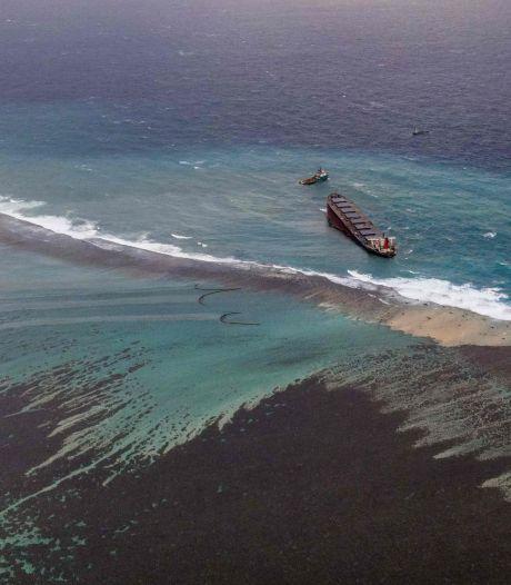 Marée noire à l'île Maurice: le bateau échoué menace de se briser