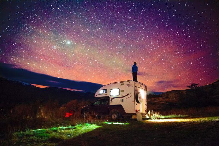 Reisredacteur Noël van Bemmel staat boven de camper tijdens de laatste nacht in het National Park.