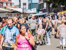 Blauwe afvalbakken en een oranje vlaggetje: ruim je plastic bekertje op tijdens de Huissense Dag