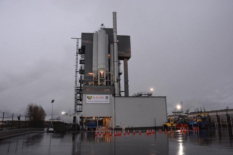 De asfaltcentrale is maar liefst 46 meter hoog en weegt 1.000 ton.
