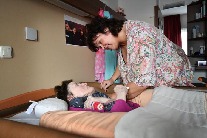 Verzorgster Jacqueline ontfermt zich over Roelie, die in de diepste fase van dementie verkeert. Foto Carlo ter Ellen
