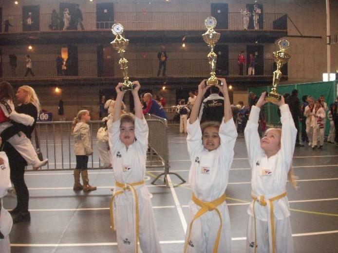 Celina Bax, Sasja van Wanrooij en Celyce van der Pol zijn de winnaars van Windmills Kids Taekwondotoernooi. Foto Mieke Tapia