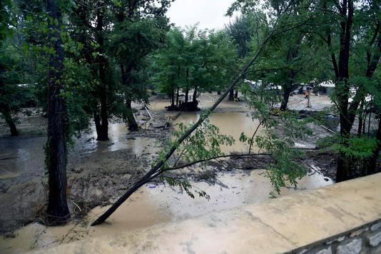 Een overstroomde camping in Saint-Julien-de-Peyrolas in Zuid-Frankrijk.