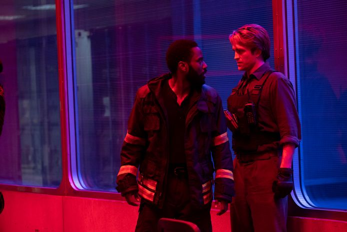 Robert Pattinson (rechts) and John David Washington in een scene van Tenet.