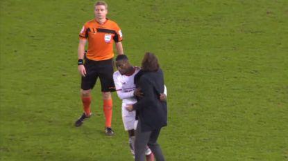 VIDEO: Mpoku moet furieuze Sá Pinto kalmeren. Had de Portugees reden tot klagen na deze (lichte) rode kaart?