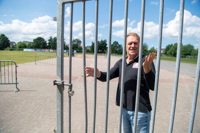 Marcel Reimink opent de hekken op het nog nagenoeg lege feestterrein.