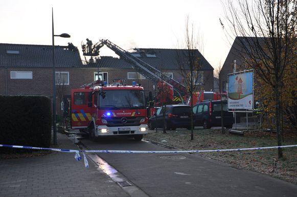 De brand vernielde het dak van de woning, maar de aanpalende huizen bleven grotendeels gespaard.