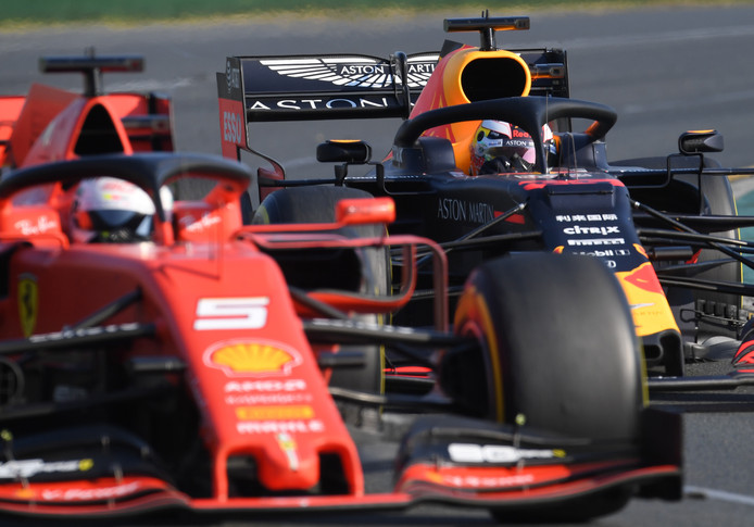 Sebastian Vettel met in zijn kielzog Max Verstappen