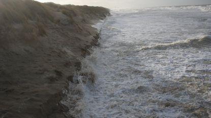 """Stormweer zorgt opnieuw voor kliffen op strand, burgemeester waarschuwt: """"Wandel er niet te dicht bij"""""""