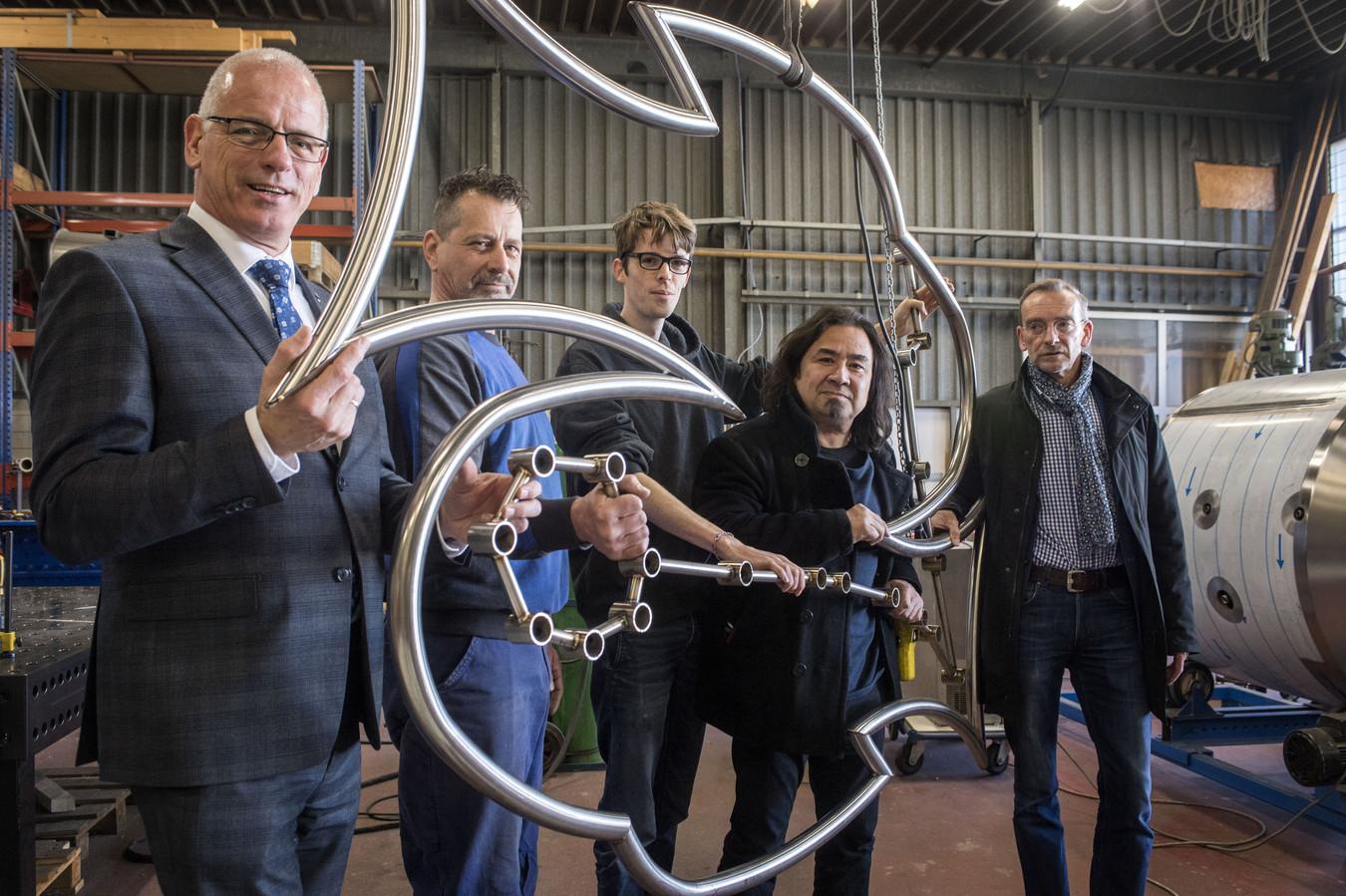 Randy van Lingen bouwt een kunstwerk voor de Light Challenge. Vlnr: wethouder Jan-Willem van Rees, lasser Taco Dijkstra van TD Welding, Niels Kadijk, Randy van Lingen en ambtenaar Eric Stegehuis.