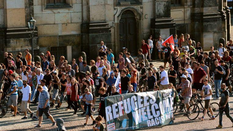 'Vluchtelingen welkom' staat er op een spandoek bij de demonstratie in Dresden