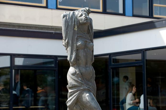 Bronzen sculptuur 'Het Ontwaken' op het schoolplein van het Tielse Lingecollege aan de Heiligestraat.